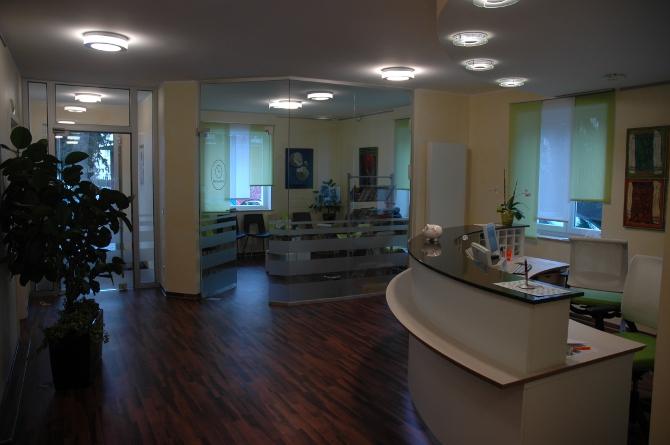 Blick zum Empfang und in den Wartebereich der Hausarztpraxis